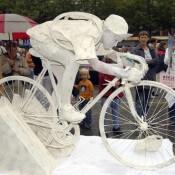 Estatua humana ciclista
