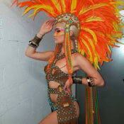 Bailarina con cresta de plumas