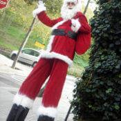 Papa Noel con zancos